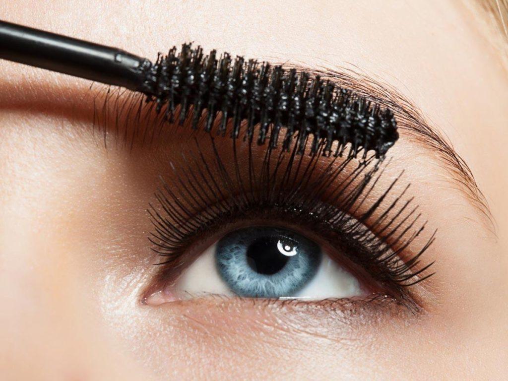 10 Great Makeup Tips For Girls -  Mascara brush